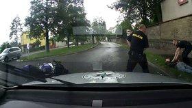 Honička na Jižní spojce: Motorkář policistům ujížděl 150 km/h a vyboural se