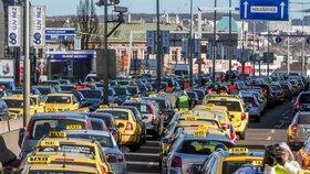 Výhrůžky taxikářů o zablokování Prahy se nevyplnily: V plánu je údajně příští týden