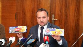 Ministr zemědělství Marian Jurečka (KDU-ČSL) ukazuje rozdíly v rybích prstech z Německa, které mají více masa, než ty stejné prodávané v České republice.