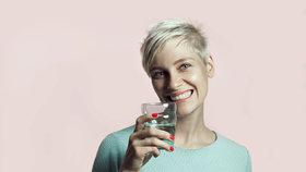 Skutečné příznaky toho, že málo pijete! Co všechno vám kvůli tomu hrozí?