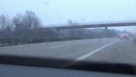 Šílená dálniční honička: Zloděj ve 240 km/h najel do vozu s třemi dětmi
