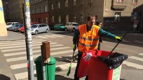 Uklízečku ulic v Praze 7 okradli. Lidé jí za den poslali 18 tisíc