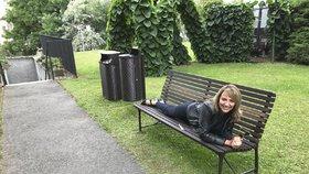 Praha vybírá jednotné lavičky a koše. Vyzkoušet je přišla i Krnáčová