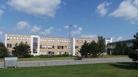 Při bourání školy v Třebíči mohl uniknout azbest, varuje expertka. Lidé z okolí mají strach
