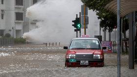 V Hongkongu udeřil tajfun. Zranil 84 lidí, děti nesmí do školy