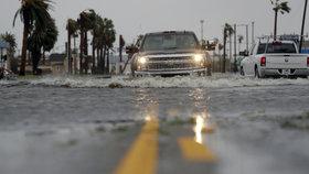 Kvůli hurikánu Harvey jsou v Texasu statisíce lidí bez elektřiny.