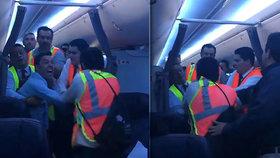 Panika na palubě: Opilý pasažér napadal posádku, pilot musel nouzově přistát