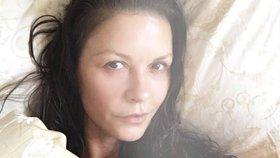 Celebrity na síti: Nenalíčená Zeta-Jones a Klus potřetí otcem