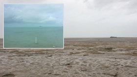 Z pobřeží po zásahu hurikánem zmizela voda.