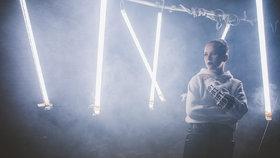 Prachařová natočila svůj první videoklip Heart of Gold, s textem písně pomáhal i Jiří Burian