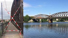 Chodcům zakážou vstup na lávku na železničním mostě na Výtoni: Je v havarijním stavu