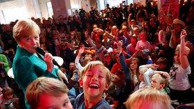 Merkelová s dětmi řešila slony, internet i změny klimatu. Pak s nimi i tančila