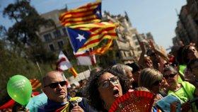 Katalánci demonstrují kvůli referendu za nezávislost, studenti rozdávali hlasovací lístky.