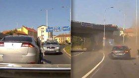 Zfetovaný řidič (31) ujížděl v Praze policistům. Naboural auto se dvěma dětmi