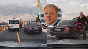Policisté, kteří v Plzni vytáhli zbraň na řidiče, mají velký problém! Obvinění