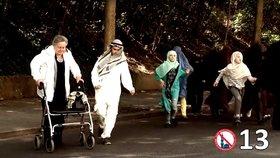 Falešní muslimové podrážejí ve spotu nohy seniorce: Česká televize dala trestní oznámení