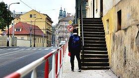 Extra úzký chodník na Albertově: Chodci nadávají na zábradlí, má je ale chránit