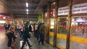 Do metra natekla voda: Mezi Kačerovem a Háji cestující museli autobusem