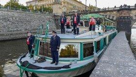 Na Vltavu v Praze vypluje smuteční loď. Připomene všechny utonulé