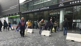 Strach z terorismu? Před obchoďák na Andělu umístili betonové zábrany