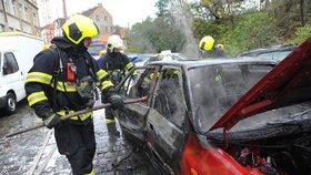 Ve Švehlově ulici hořelo auto: Průjezd byl omezený