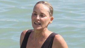 Šedesátnice Sharon Stone v plavkách. Co na ni říkáte?