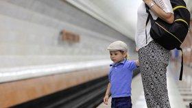 Žena chtěla v pražském metru unést čtyřleté dítě! Násilím ho rvala od matky