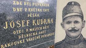Zapomenutý pomník před motolskou nemocnicí: Na místě zastřelili hrdinu, lidé o něm ale nevědí