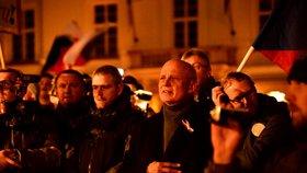 Horáčka na Václaváku nepustili na pódium: Moc bohatý a málo sametový