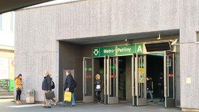 Policisté v metru honili kapsáře: Dopravní podnik zastavil provoz z Dejvic do Motola
