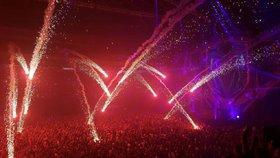 Fanoušky elektronické hudby v O2 areně popálil ohňostroj: Lidé skončili s popáleninami