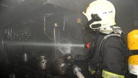 Kuchař »založil« požár v kuchyni: V Dlouhé ulici zasahovali hasiči