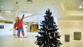 Vánočka ve tvaru zbraně a injekční stříkačky místo ozdob: V Kotvě zažijete kontroverzní Vánoce