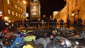 Cyklisté zablokovali Křižovnickou ulici vlastními těly. Protestovali proti zákazu kol v centru