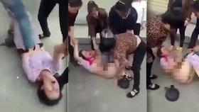 Bestiální pomsta: Manželka svlékla těhotnou milenku svého muže. Podpatky jí šlapala po břiše
