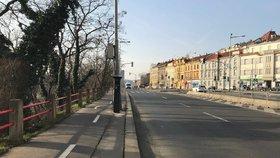 Dopravní omezení na nábřeží Kapitána Jaroše potrvá přes měsíc. Dělníci odvodňují silnici