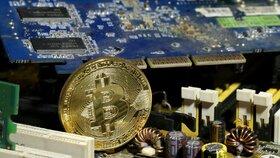 Bitcoin zabíjí panika. Během měsíce spadla jeho hodnota o polovinu