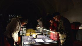 Hodinové fronty i strkanice: Výstava na Hradě poprvé a naposled ukazuje 1000 let staré památky