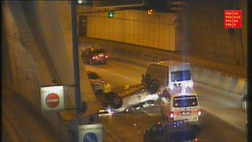 Auto u Strahovského tunelu skončilo na střeše. Hrozivě vypadající nehoda se obešla bez zranění