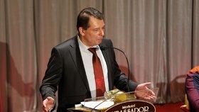 Paroubek přišel s radami pro ČSSD a zmínil kmotry. Poslouchal ho plný sál