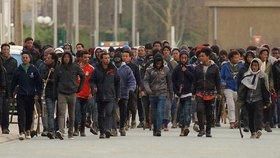 """Obří rvačka uprchlíků: V """"Džungli"""" se do sebe pustili pálkami a kameny"""