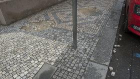 Pohodlnější cesta pro pěší v Praze 2: Radnice opraví chodníky ve špatném stavu, zaplatí 20 milionů