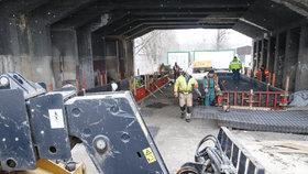 Libeňský most se připravuje k podepření: Dělníci bední a armují základy