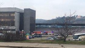 Z holešovického nádraží stoupal hustý dým: Hořely tři kontejnery, zplodiny se dostaly do haly