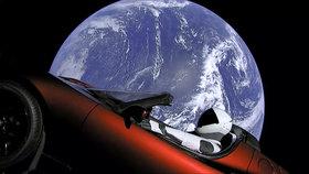 Miliardář Musk odpálil do vesmíru svůj kabriolet. Možná se zřítí zpátky na Zem