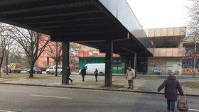 Vážná nehoda v Hostavicích: Autobus srazil muže, ten skončil v bezvědomí