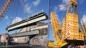 Největší kolový jeřáb Česka snesl v Karlíně ocelový most. Zvládl by jich šest najednou