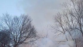 """Hasiči """"pacifikovali"""" rozsáhlý požár v Michli. Hořela tam hala s autodílnou"""