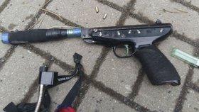 Muž napadl opraváře topení a dal se na útěk: Zásah policie natočila kamera!