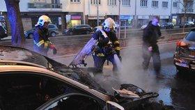 Ranní požár auta v Břevnově: Oheň poničil lampu, škoda je půl milionu